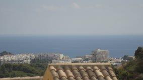 Día caliente cerca de los centros turísticos del océano almacen de metraje de vídeo