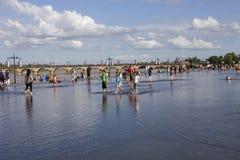 Día caliente en el espejo del agua, Francia imagenes de archivo