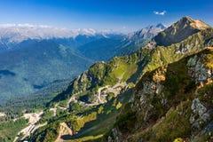 Día claro con las rocas, camino serpentino del paisaje de la montaña Fotografía de archivo