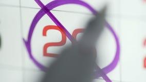 Día cruzado de la mano de la mujer en calendario del papel 26o día del mes almacen de metraje de vídeo