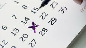Día cruzado de la mano de la mujer 21ro del mes en calendario del papel almacen de video