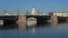 Día de abril en el puente del palacio St Petersburg, Rusia metrajes