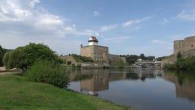 Día de agosto en el río Narva Vista del castillo de Herman Estonia metrajes