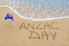 Día de Anzac de las palabras en la arena Foto de archivo libre de regalías