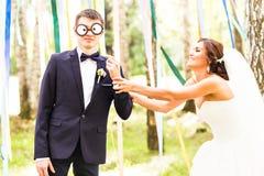 Día de April Fools ' Los pares de la boda se divierten con la máscara Fotos de archivo libres de regalías