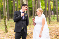 Día de April Fools ' Pares que presentan con los labios del palillo, máscara de la boda Imagen de archivo libre de regalías