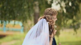 Día de boda La novia feliz va a su novio y diente de león que sopla almacen de video
