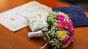 Día de boda, ramo de la flor, y almohadas de seda para las bodas foto de archivo libre de regalías