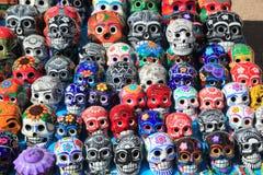 Día de cerámica colorido de los cráneos mexicanos de los muertos Fotos de archivo libres de regalías