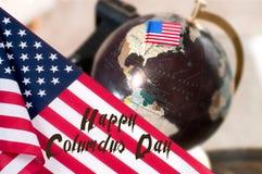 Día de Colón feliz Estados Unidos señalan por medio de una bandera imagen de archivo