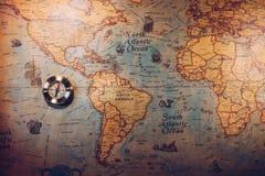 Día de Colón y mapa del mundo con el compás Foto de archivo