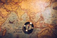Día de Colón y mapa del mundo con el compás Imagenes de archivo