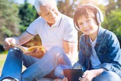Día de emisión del gasto del joven con su abuelo cariñoso Fotos de archivo libres de regalías