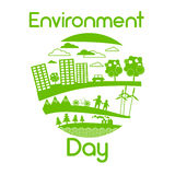 Día de energía solar verde del ambiente mundial del panel de la turbina de viento de la silueta de la ciudad Foto de archivo libre de regalías