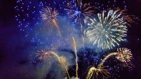 Día de fiesta, Año Nuevo, fuegos artificiales, diversión, alegría, diversión universal, celebración, luces, cualidades del ` s de Imagenes de archivo