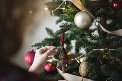 Día de fiesta de adornamiento del árbol de navidad de la gente Imagenes de archivo