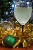 Día de fiesta de la celebración de la Navidad y del Año Nuevo con el vidrio de vino Foto de archivo