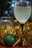 Día de fiesta de la celebración de la Navidad y del Año Nuevo con el vidrio de vino Fotografía de archivo