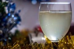 Día de fiesta de la celebración de la Navidad y del Año Nuevo con el vidrio de vino Imagen de archivo