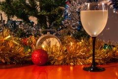 Día de fiesta de la celebración de la Navidad y del Año Nuevo con el vidrio de vino Fotos de archivo libres de regalías