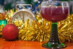 Día de fiesta de la celebración de la Navidad y del Año Nuevo con el vidrio de vino Imagenes de archivo