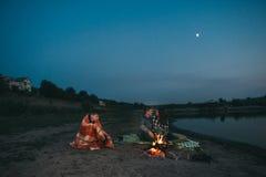 Día de fiesta de la familia por el río, igualando el fuego Fotos de archivo libres de regalías