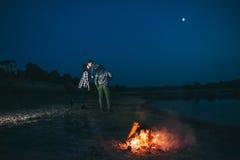 Día de fiesta de la familia por el río, igualando el fuego Imagen de archivo libre de regalías