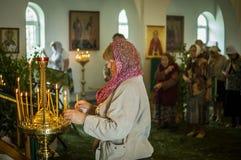 Día de fiesta de la iglesia ortodoxa en Pentecostés domingo en la región de Kaluga en Rusia el 19 de junio de 2016 Imagen de archivo libre de regalías