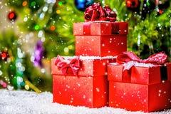 Día de fiesta de la Navidad del concepto de las cajas de regalo rojas con el arco en b de madera Imágenes de archivo libres de regalías
