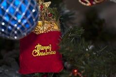 Día de fiesta de la Navidad, paquete de la Feliz Navidad en árbol de los xmass Fotografía de archivo libre de regalías