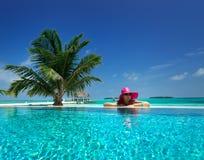 Día de fiesta de la playa por la piscina Foto de archivo libre de regalías