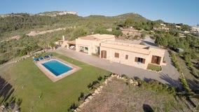 Día de fiesta de lujo Finca con el paso elevado de la piscina privada - vuelo aéreo, Mallorca almacen de video