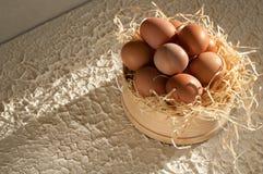 Día de fiesta de Pascua tamice por completo de los huevos de Pascua en de madera rústico Fotos de archivo