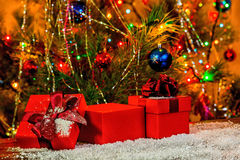 Día de fiesta del Año Nuevo del concepto de las cajas de regalo rojas abiertas en la parte posterior de madera Imágenes de archivo libres de regalías