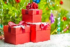 Día de fiesta del Año Nuevo del concepto de las cajas de regalo rojas con el arco en vagos de madera Fotos de archivo