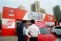 Día de fiesta del día del ` s del Año Nuevo, paisaje de la escena del salón del automóvil de Shenzhen, observación de mucha gente Imagenes de archivo