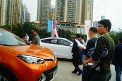 Día de fiesta del día del ` s del Año Nuevo, paisaje de la escena del salón del automóvil de Shenzhen, observación de mucha gente Foto de archivo libre de regalías