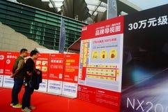 Día de fiesta del día del ` s del Año Nuevo, paisaje de la escena del salón del automóvil de Shenzhen, observación de mucha gente Fotografía de archivo libre de regalías