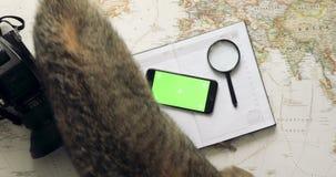Día de fiesta del planeamiento del viajero de la visión superior usando el escritorio del vintage del app del teléfono móvil desd