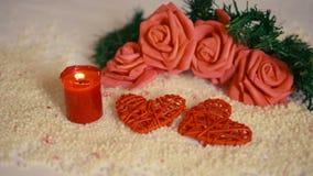 Día de fiesta del día de San Valentín con la flor de la decoración y la cantidad ardiente de la vela