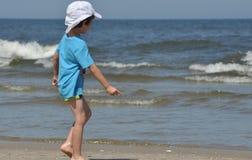 Día de fiesta en el mar Familia con los niños en la playa Mar y lago Turismo Imagen de archivo