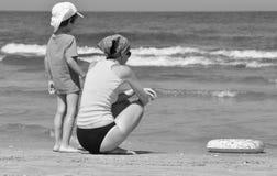 Día de fiesta en el mar Familia con los niños en la playa Mar y lago Turismo Foto de archivo