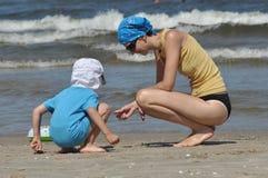 Día de fiesta en el mar Familia con los niños en la playa Mar y lago Turismo Fotos de archivo