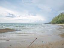 Día de fiesta en la playa con el mar de la arena y el cielo en Mae Ram Phueng fotografía de archivo libre de regalías