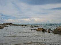 Día de fiesta en la playa con el mar hermoso de la arena y el cielo en Mae Ram Phueng Beach Thailand imagen de archivo