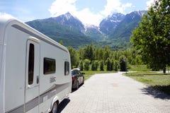 Día de fiesta en las montañas con la caravana Imagenes de archivo
