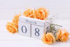 Día de fiesta fondo del 8 de marzo con las flores y el calendario Fotografía de archivo
