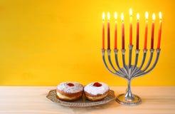 día de fiesta judío Jánuca con el menorah (candelabros tradicionales)