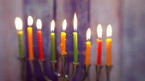 Día de fiesta judío Jánuca del símbolo judío con el foco suave selectivo de los candelabros tradicionales del menorah almacen de metraje de vídeo