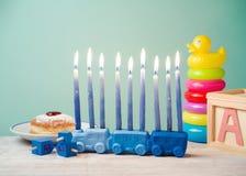 Día de fiesta judío Jánuca para los niños con los juguetes Imagen de archivo
